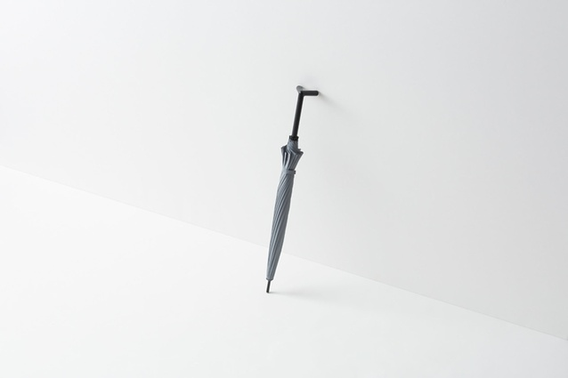 The cleverly designed handle allows the umbrella to lean against surfaces.