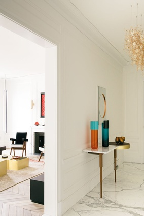 The entrance area console by Doshi Levien complements the marble flooring.
