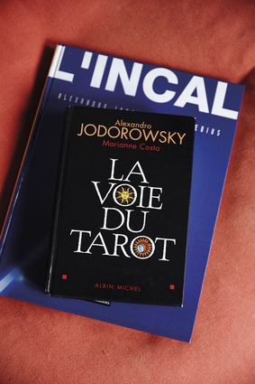 <em>La Voie du Tarot</em> by Alejandro Jodorowsky. This is a book about tarot by artist, film director, playwright and poet Alejandro Jodorowsky.
